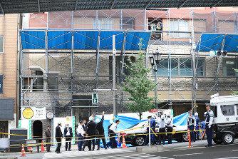 【不幸】工事中ビルから1.8mの鉄パイプ落下。歩行中の男性に直撃