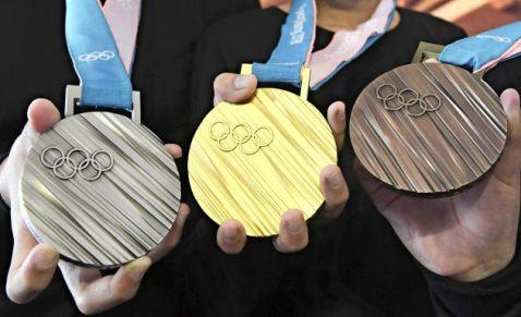 【悲報】東京五輪委員会「銀メダルに使う銀が足りない。小中学校からも回収させてもらうわ」
