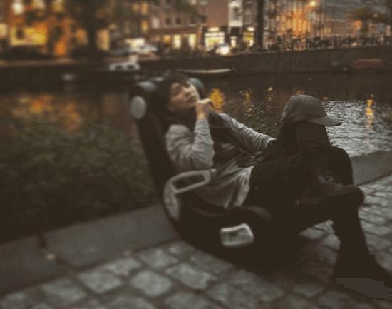 【画像】成宮寛貴さん、川の座椅子でまったり