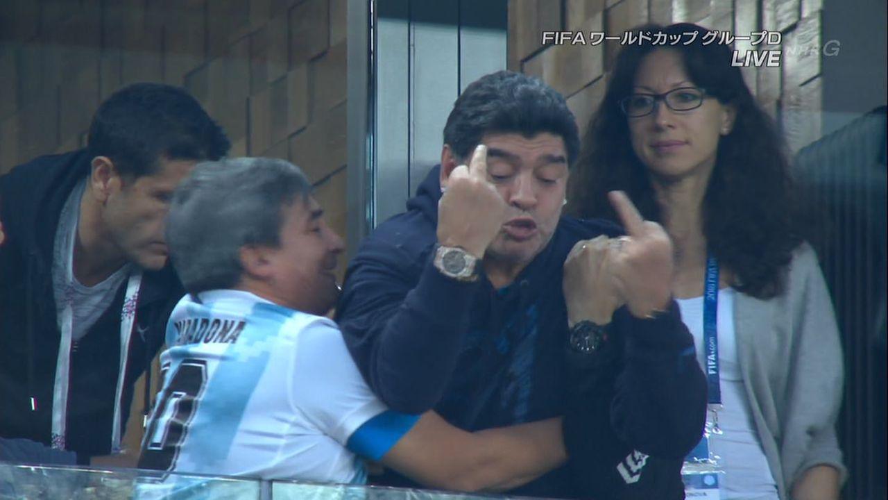【悲報】マラドーナさん、中指を立てている姿を全世界に放映されてしまうwwww