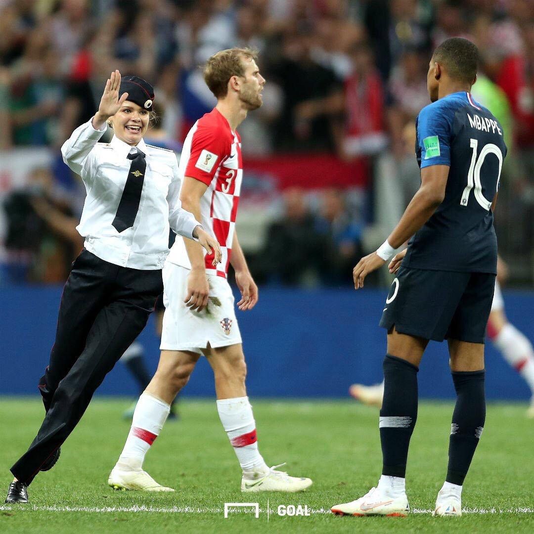 【乱入】サッカーW杯決勝戦で乱入したガールズバンド「プッシャー・ライオネット」とかいう奴らwwwww