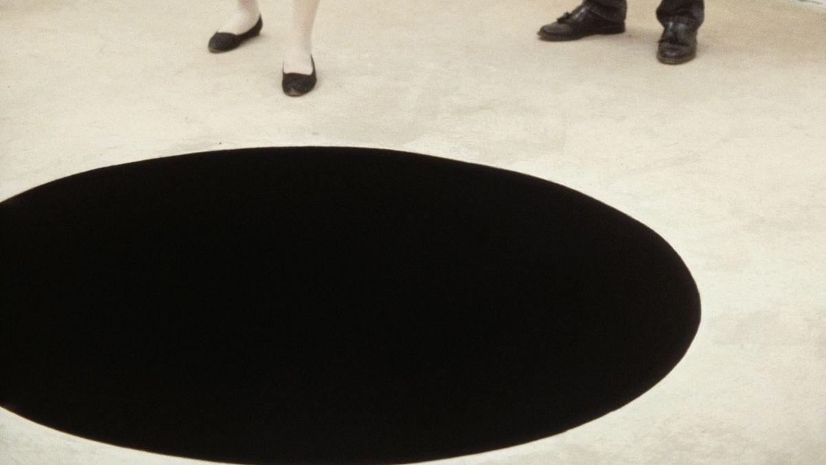 「ブラック・ホールに男性が落ちた!?」 「世界で最も黒い物質」を深さ2.4mの穴の側面に塗った凶悪トラップを美術館に設置 ケガ人発生