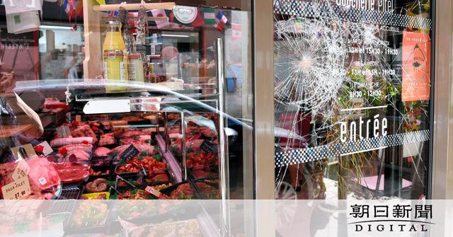 【悲報】仏でヴィーガン(完全菜食主義者)が野菜の食べ過ぎでとち狂い肉屋を立て続けに襲撃 「肉喰うな。人間至上主義にストップを」のメッセージ