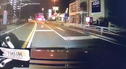【ドラレコ動画】イヤフォン信号無視のダブルコンボで横断した女さん、轢かれそうになる 轢きそうになった男わめく