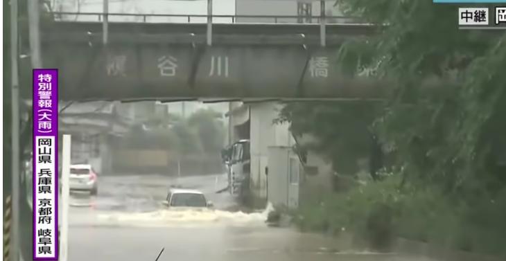 【悲報】冠水した道路に自ら突っ込んで案の定水没するアホ過ぎる車が中継に映り込む(*動画あり)