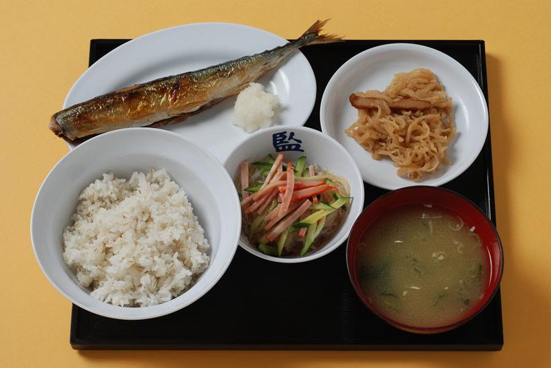 【画像】刑務所の昼食とサラリーマンの昼食を比べてみた結果wwww