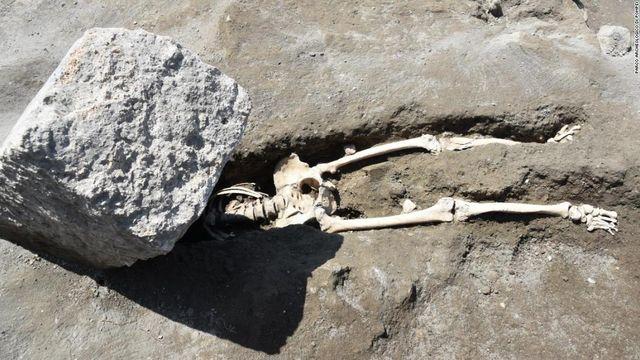 【画像】噴火した火山の巨岩に頭部を吹き飛ばされて死亡した男性の遺骨を発見