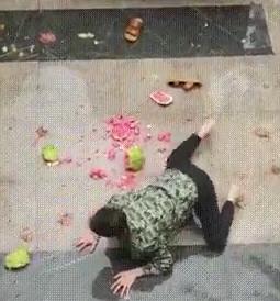 【動画】スイカを落っことした男が哀れすぎると話題に…