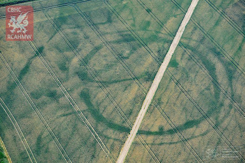 【超常現象】記録的な猛暑 イギリスのあちこちで古代遺跡のふしぎな幾何学模様が相次いで出現