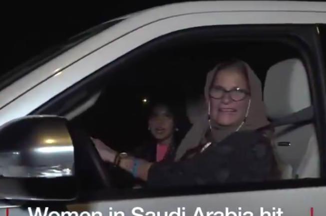 【悲報】BBC「サウジアラビアで女性の車の運転が解禁されました」 ブリカス「…」
