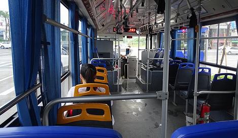 バスの中の女性さん「あ、もしもしー。いえ、バスの中なのでー」ワイ(かけ直すんやろな…)