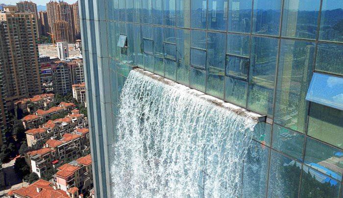 【衝撃画像】日本人「打ち水!」 中国父さん「ビルに滝を作ればいいじゃん」