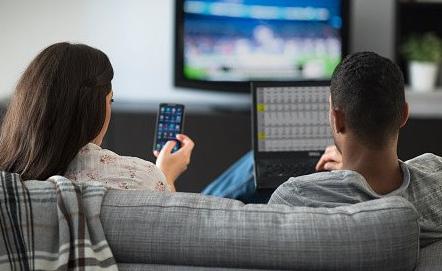 40代も「テレビよりネット」 総務省調査 はたしてメディアとしてのテレビは必要?