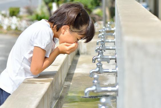 【悲報】日本の学校「経口補水液もジュースだからダメ」