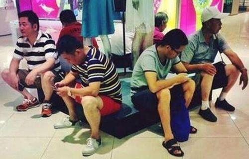 【朗報】妻や彼女と買い物に来て苦痛な男性 中国のショッピングモールが男性のために「夫保管所」を作るwwww