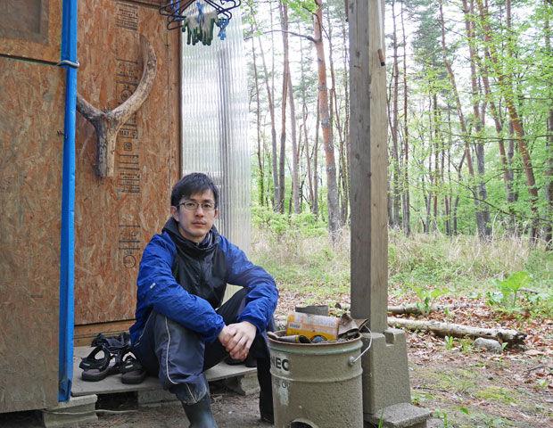 東大卒業後に10万円で作った小屋に暮らしてる人が見つかる。電気はソーラー水は湧き水、生活費は月2万