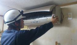 【悲報】エアコン修理の「騒音」に立腹、玄関で口論に 隣人宅侵入容疑で男(56)逮捕