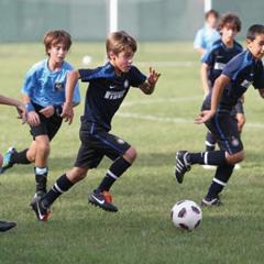 夏休みも部活でヘトヘトな日本の子たち イタリアの少年サッカーは練習週2日、夏休みは完全オフ