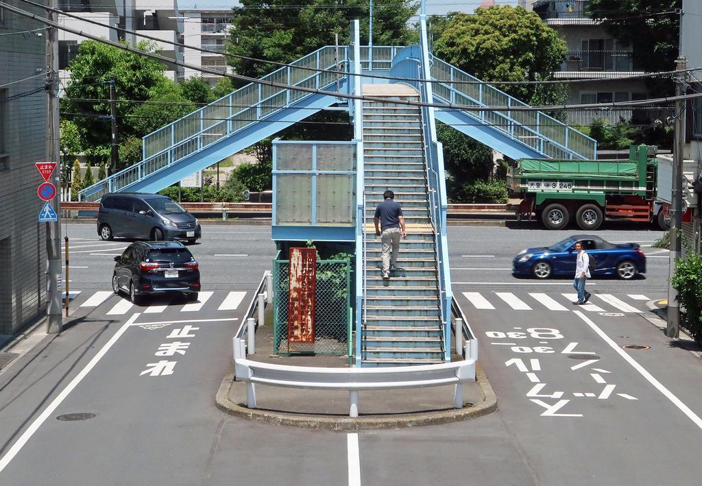 【画像】東京の不思議な歩道橋 降りる先は道路のど真ん中
