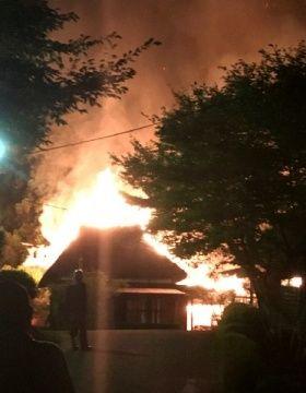 【悲報】宿泊客の打ち上げ花火がかやぶき屋根に燃え移り、宿泊施設が4棟全焼