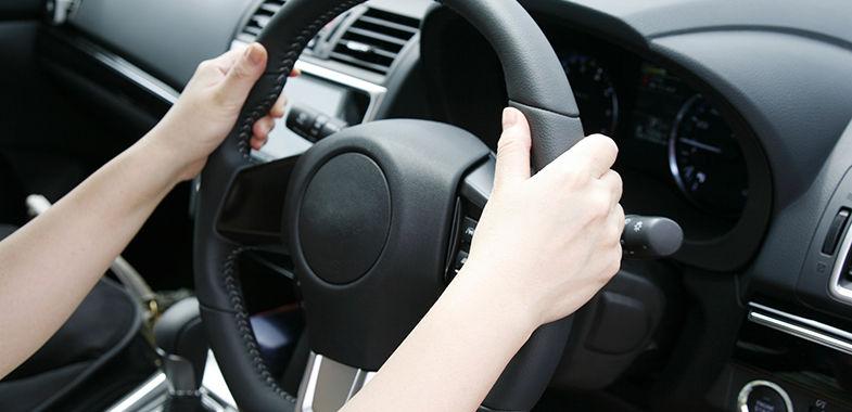 【画像】運転中のハンドルの握り方でお前らの性格がわかるぞ!!