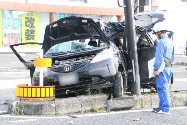 【悲報】13歳少年が運転する5人乗りの車が中央分離帯に衝突し一人死亡4人重傷