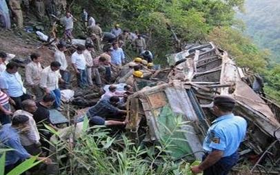 【大事故】バスが300m崖下に転落 30人以上が死亡 1人が途中で飛び降りて助かり、よじ登って通報