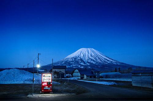 【アート】日本の孤独な自動販売機 その「美」を写真に捉える