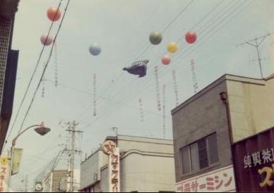 【懐】昭和のデパートはいっぱいアドバルーン上げて、それ見て客集まったんだぜ