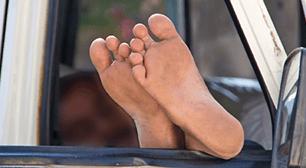 【相談】嫁「夫の足がどんどん臭くなっています。洗濯するのも辛いです。どうすれば足が臭くなくなりますか?」