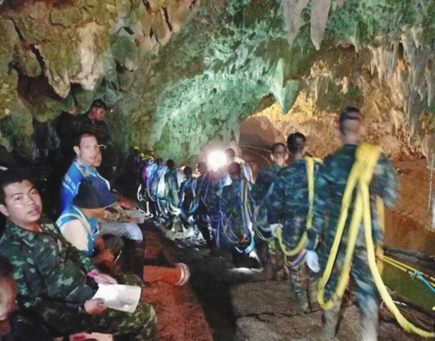 【朗報】洞窟の少年たちに大量のピザが差し入れされる