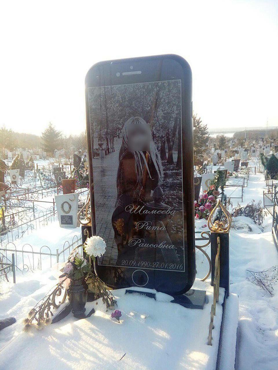 【画像】ロシアの超絶美女の墓石がiPhone形状で話題に!その理由とは?