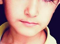 【驚愕】長さ4.3cmのまつ毛を持つ11歳少年wwww 眉毛も凄いwwwwwww