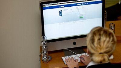 swoman-use-facebook