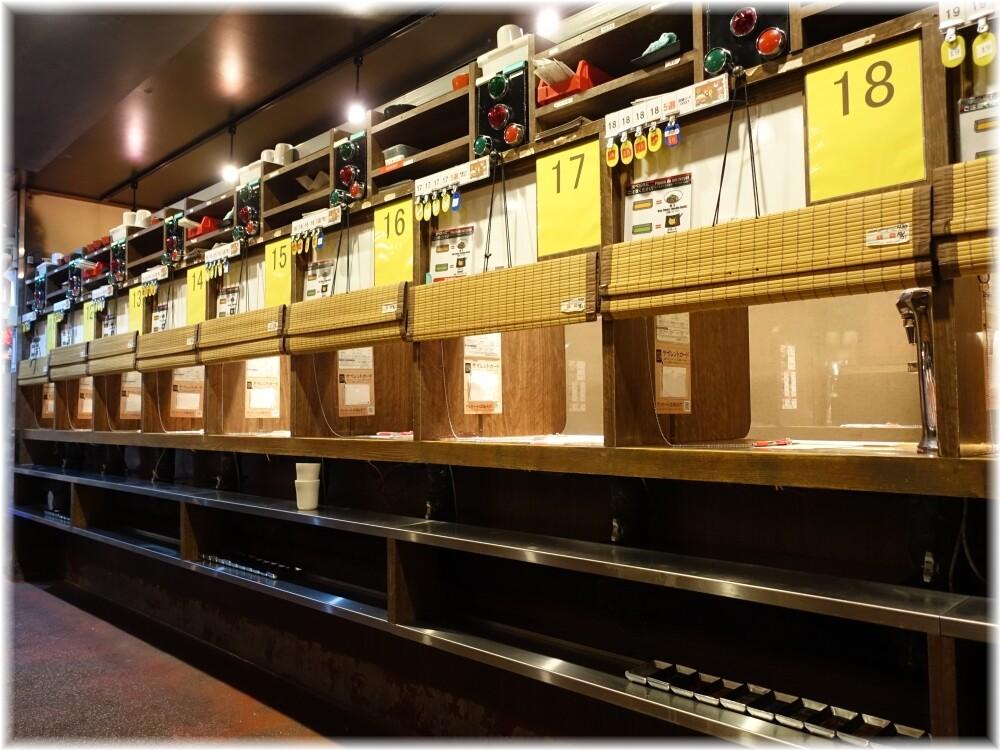 一蘭新宿中央東口店2 カウンターの中