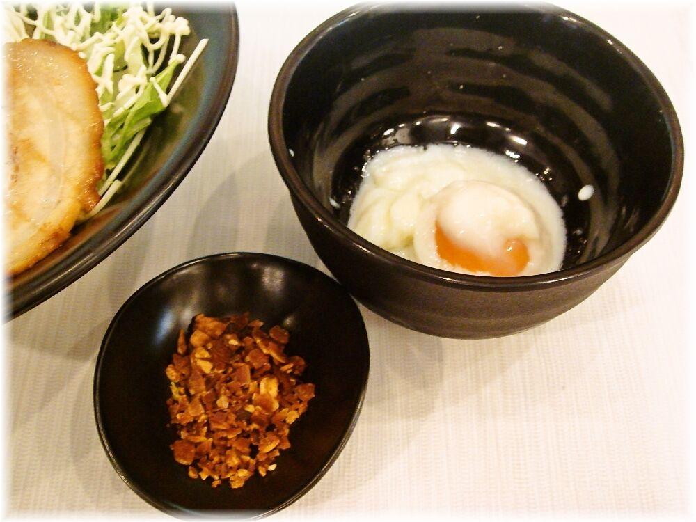 虎心房 汁ナシ温麺の温玉とガーリックチップ