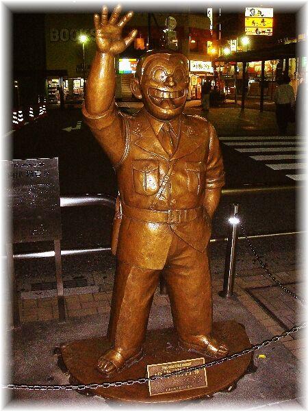 亀有駅前の両さん像