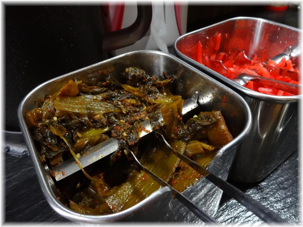 博多ラーメンよねちゃん 卓上の辛子高菜と紅生姜