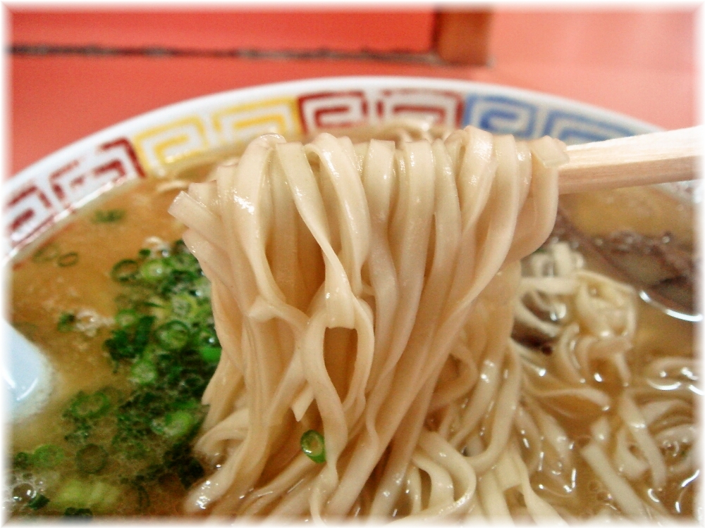 博龍軒 ラーメンの平打ち麺