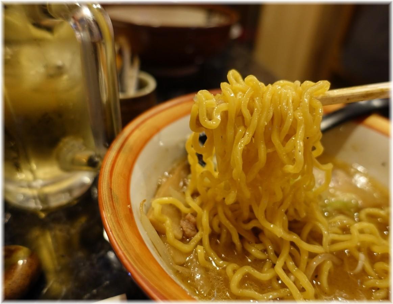 甚作わっしょい酒場 すみれ風味噌ラーメン(ハーフ)の麺