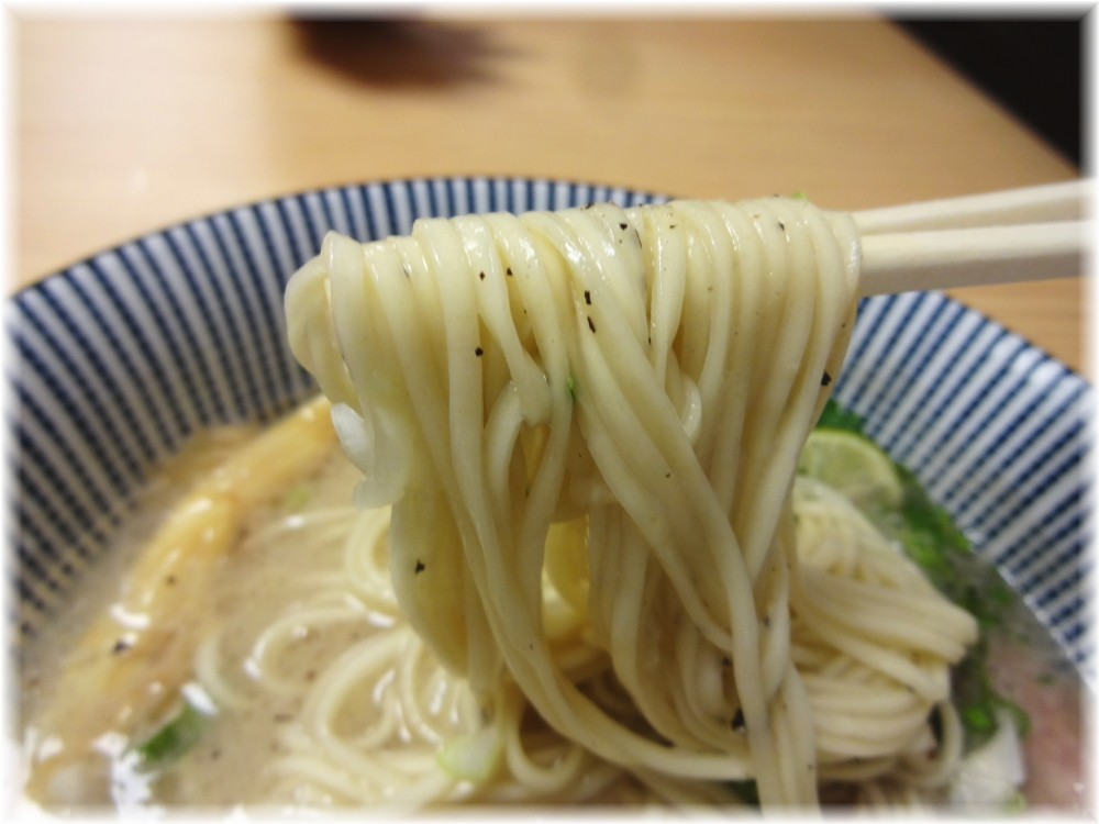 MENSHOTOKYO ラム豚骨らーめんの麺