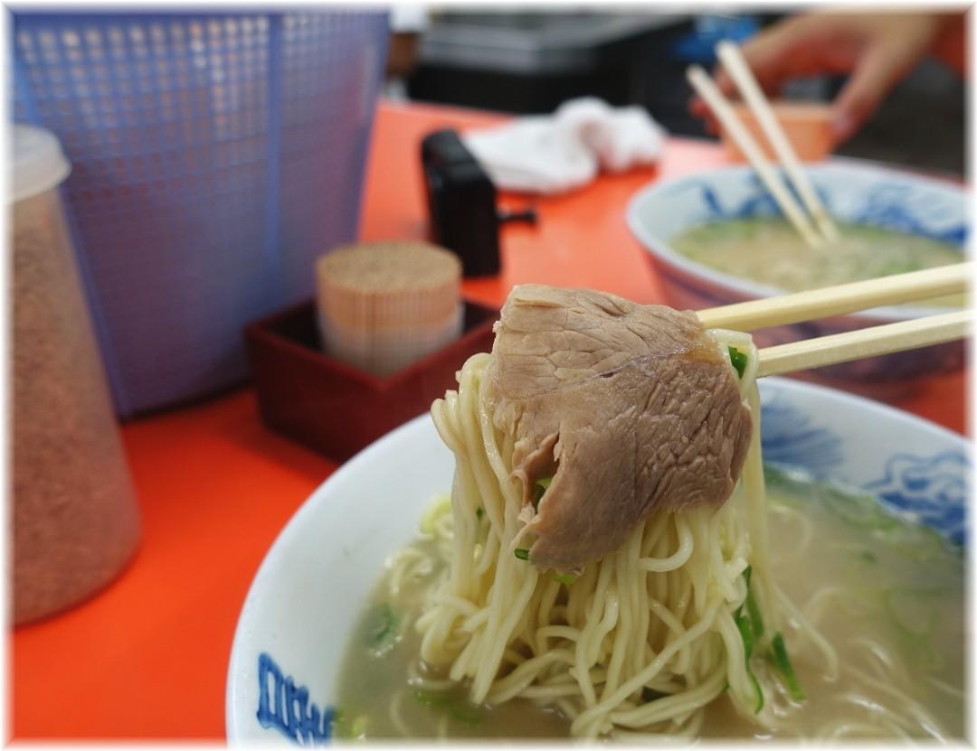 元祖長浜屋6 ラーメン(無し)のチャーシューと麺