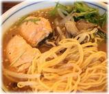 とくや 秋鮭ときのこの味噌らうめんの麺