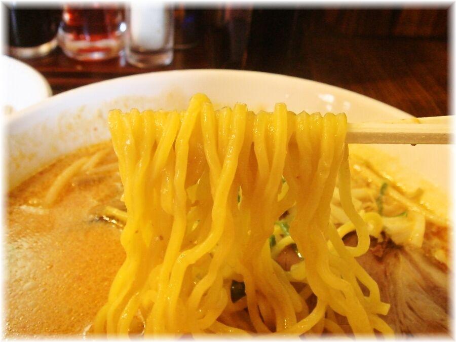 北海道らーめん初代 おろちょん味噌の麺