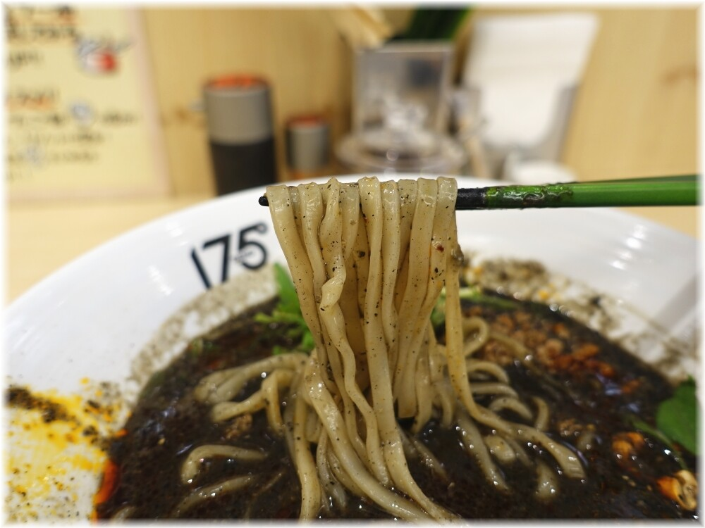 175°DENO担担麺TOKYO 汁あり黒胡麻担担麺の麺