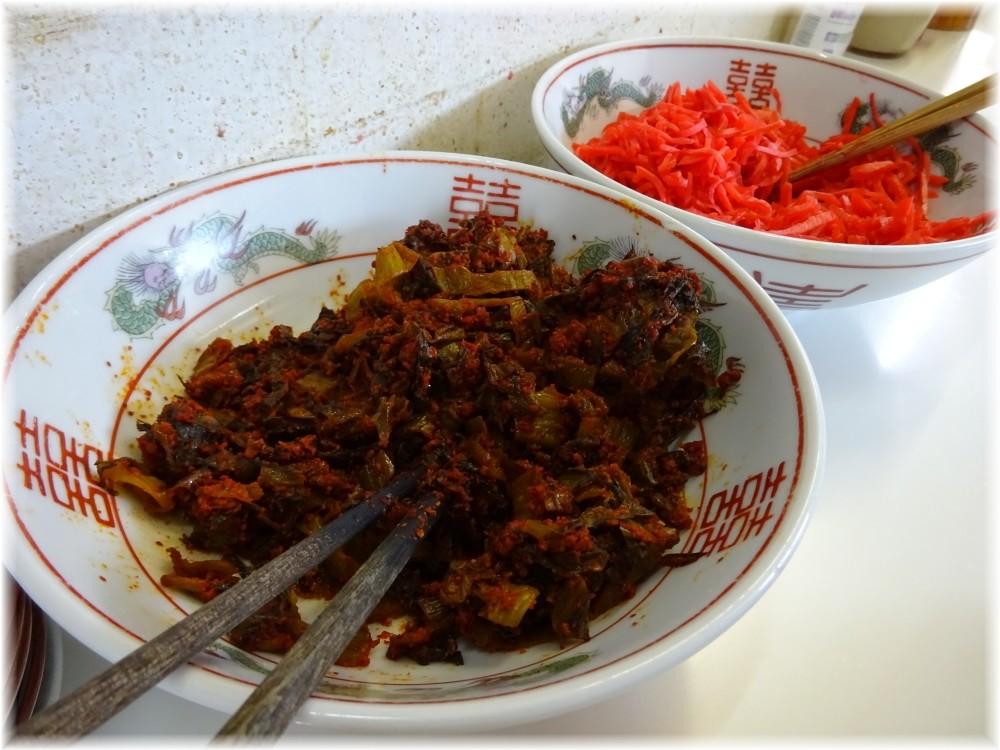 住吉亭2 卓上の辛子高菜と紅生姜