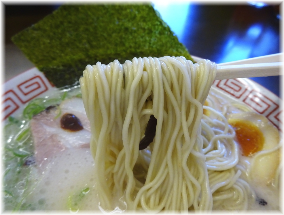 替玉食堂 博多玉子ラーメンの麺