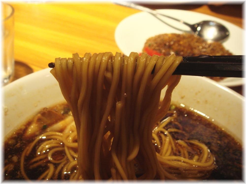 奉天食堂 中洲ブラックの麺