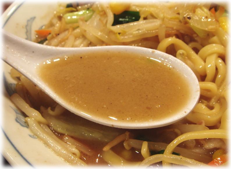 トナリ タンメンのスープ