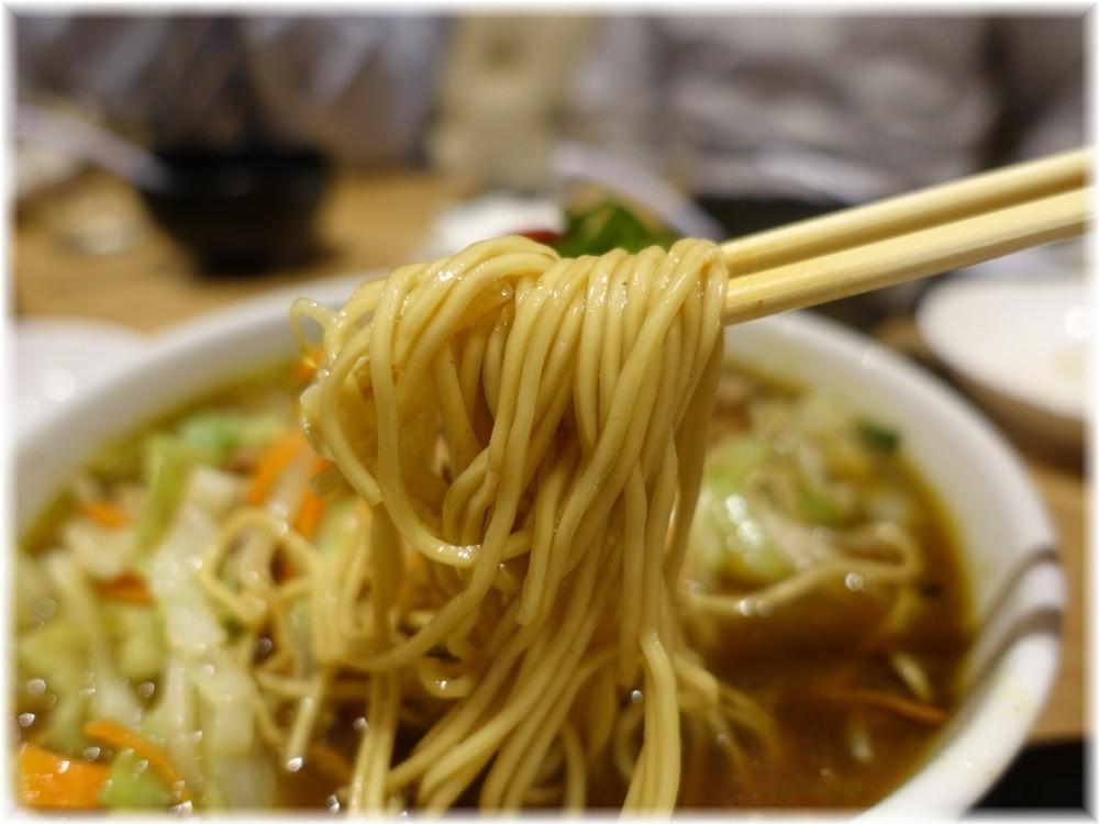 辰池袋南口店 ラム煮込みスパイス麻辣ラーメンの麺